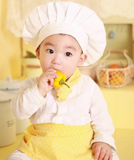enfant qui fait la cuisine
