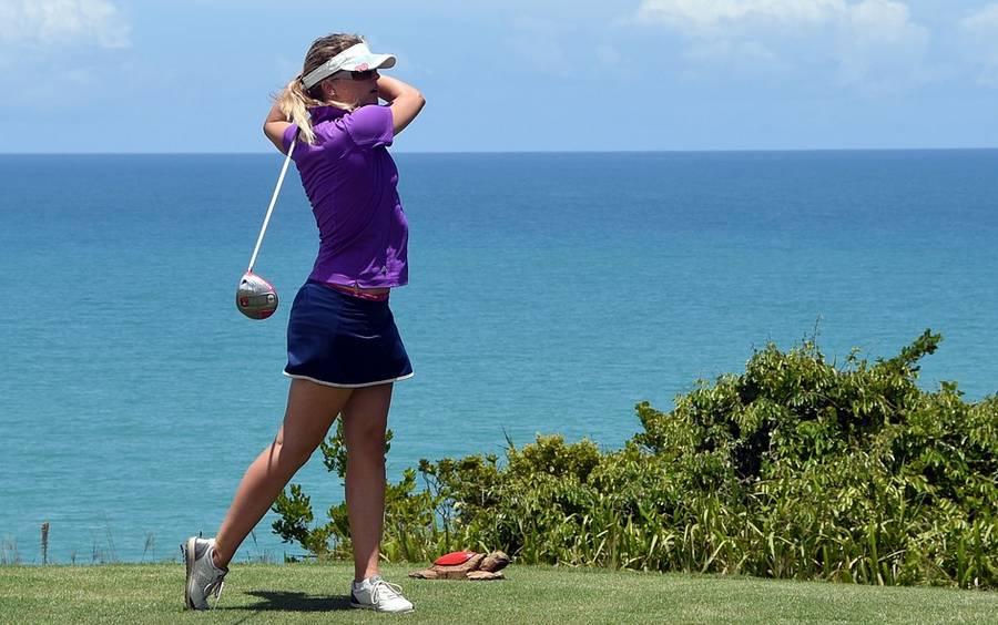 femme qui joue au golf